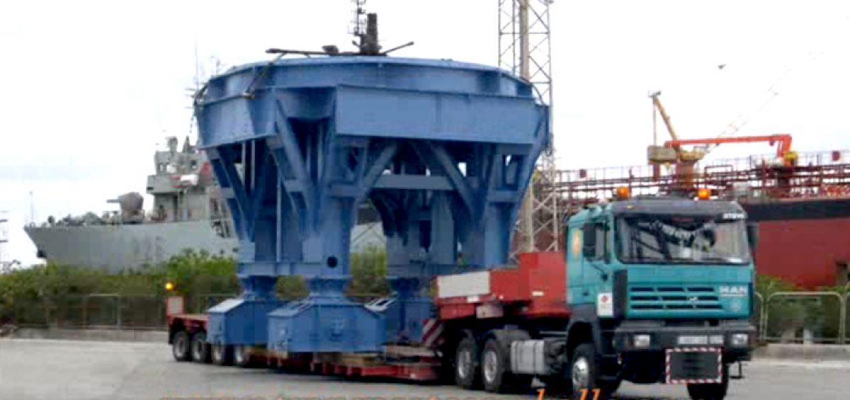 Grúa Titán siendo transportada